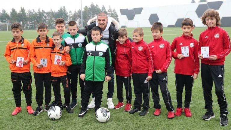 Футболист №1 на България за 2019 г. ще трябва да подари поне 112 топки на деца