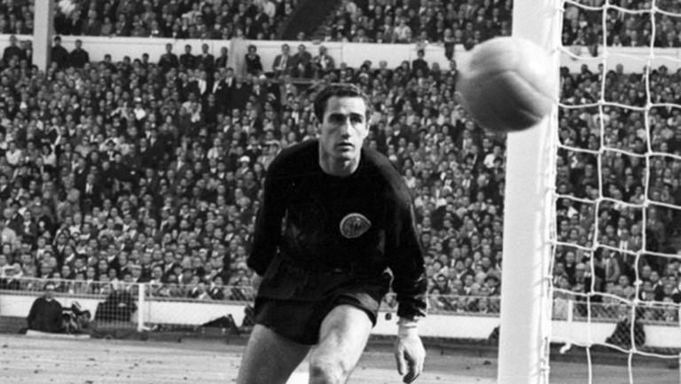 Почина вратарят, допуснал един от най-спорните голове в историята