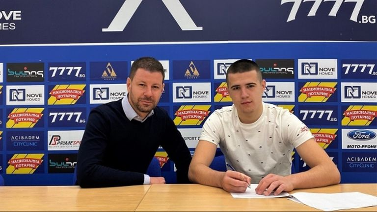 Юноша на Левски подписа професионален договор