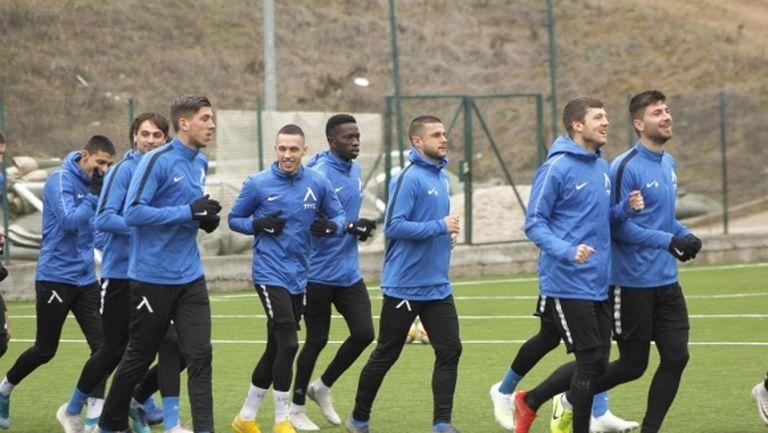 Футболистите на Левски зарадваха малък фен (видео)