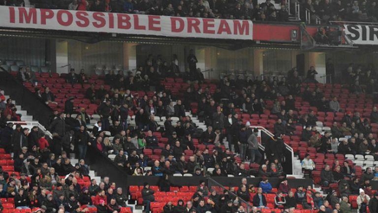 Феновете на Манчестър Юнайтед с протест срещу собствениците след домакинска загуба от Бърнли