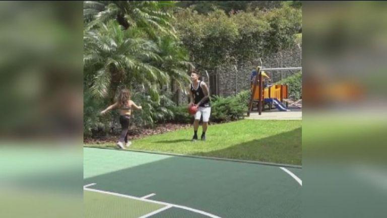 Хамес поигра баскетбол с дъщеря си