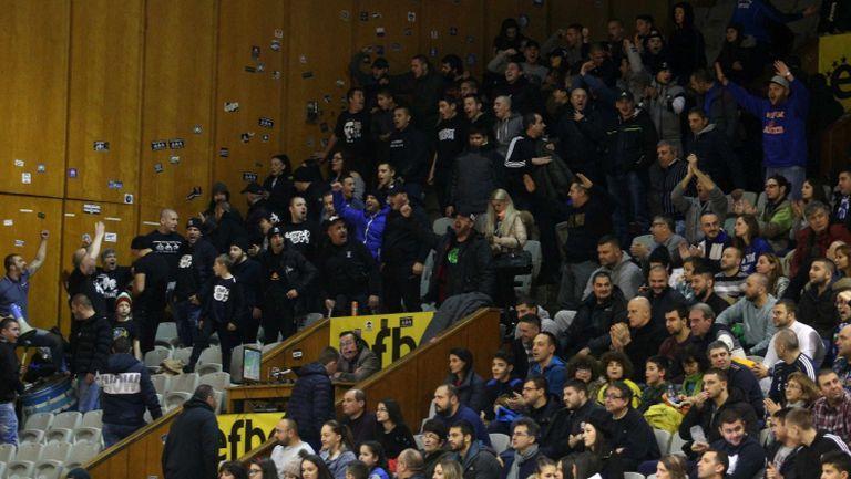 Безредици и грозни сцени на мача между Левски Лукойл и Балкан