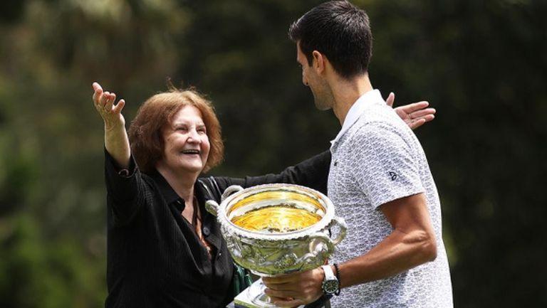 76-годишна жена прекъсна шампионската фотосесия на Ноле