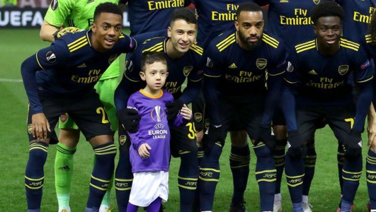 Дете попадна на отборната снимка на Арсенал