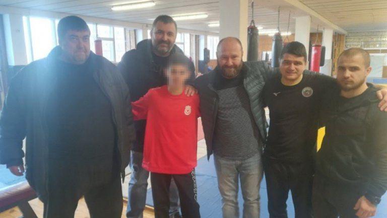 Фенове на ЦСКА и журналисти дадоха подаръци на съблеченото в автобуса дете