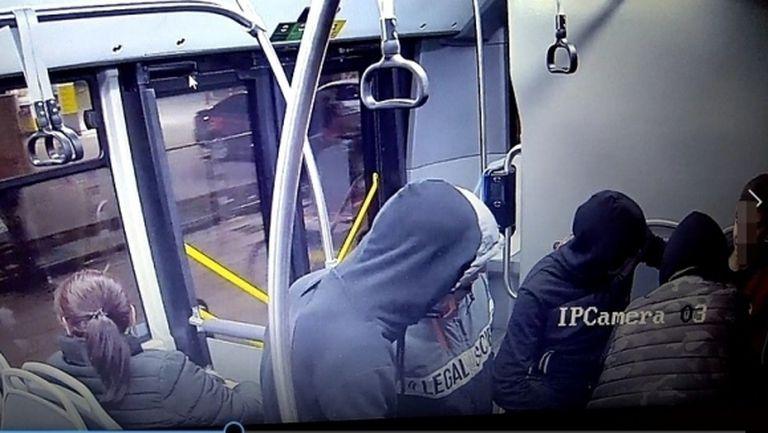 МВР показа вандалите, съблекли и нанесли побой на 14-годишното момче с фланелка на ЦСКА (снимки)