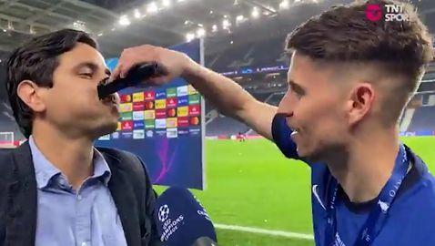 Играч на Челси жертва брадата си и обръсна мустака на журналист в ефир