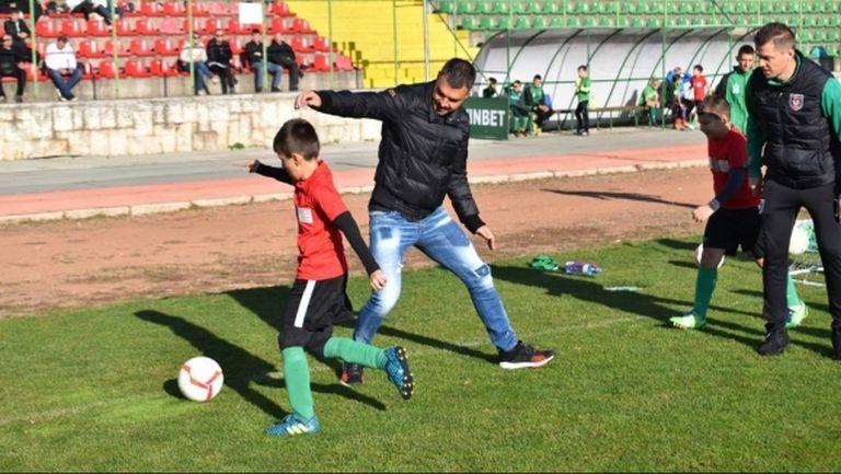Божинов и Домовчийски поиграха с деца във Враца