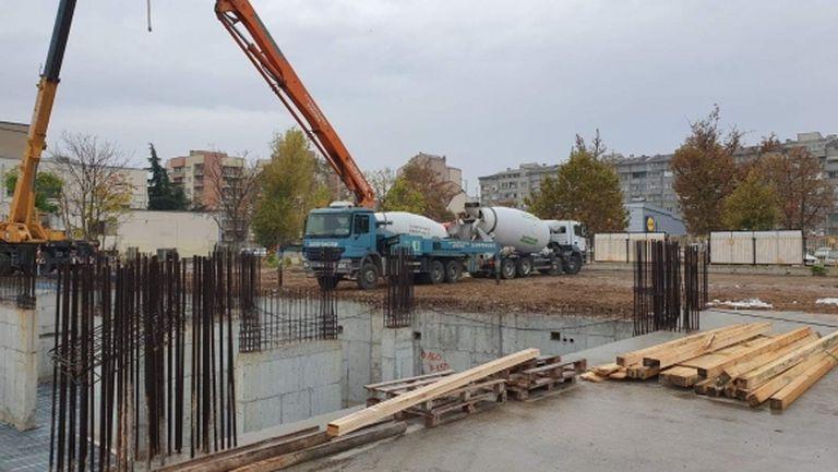 """Пристигна бетонът за """"Колежа"""", поръчан от фирма """"Запрянови"""""""