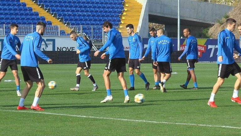 Хубчев привика шестима юноши на Левски ден преди мача с Ботев Пд