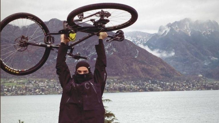 Григор върти педалите в дъжда