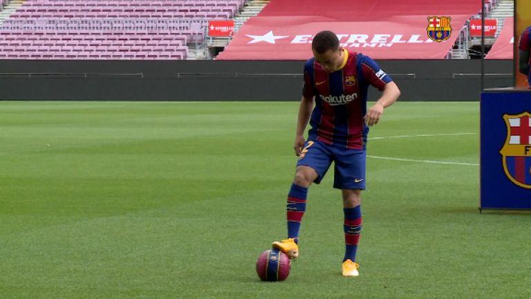 Дест се изложи при представянето си в Барселона