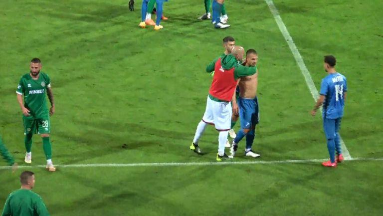 Божинов се поздрави с бившите си съотборници след края на Левски - Ботев (Вр)