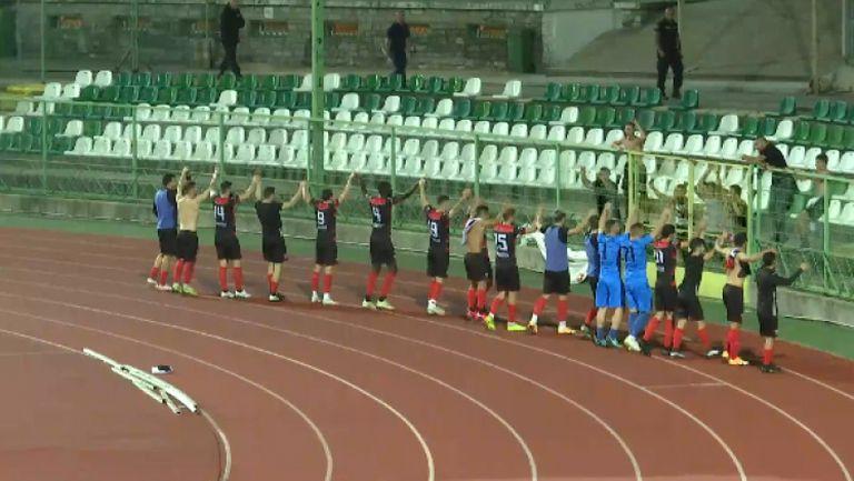 Играчи и фенове на Локо (Пд) тържествуват след победата над Берое