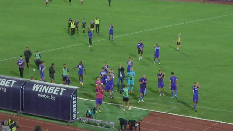 Играчите на Етър отдадоха почит на феновете си след геройския мач с ЦСКА-София