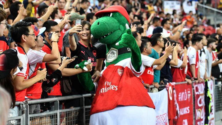 Йозил спасява талисмана на Арсенал с голям жест