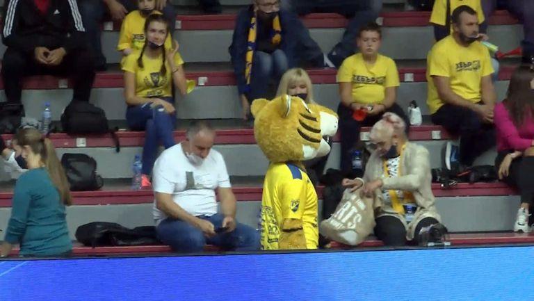 Любо Ганев и екзалтирани фенове на мача за Суперкупата по волейбол