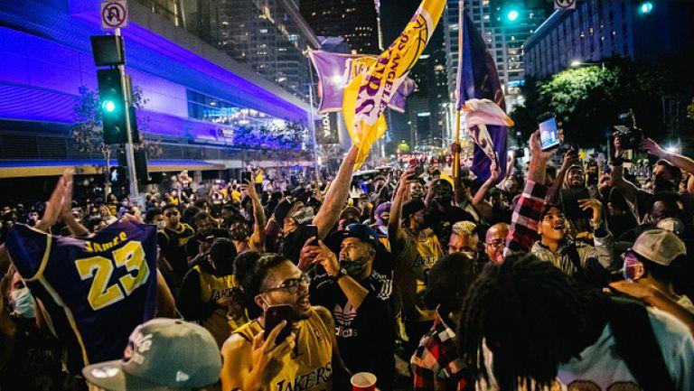 Хиляди фенове в Ел Ей отпразнуваха титлата на Лейкърс