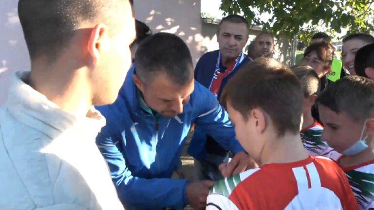 Божинов раздаде автографи и се снима с феновете в Червен бряг