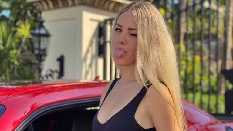 Барбито на тениса провокира в секси пози
