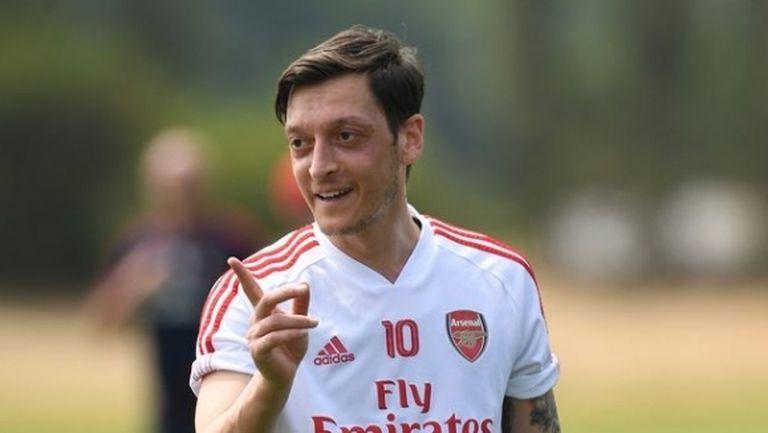 Месут Йозил получи още осем милиона от Арсенал