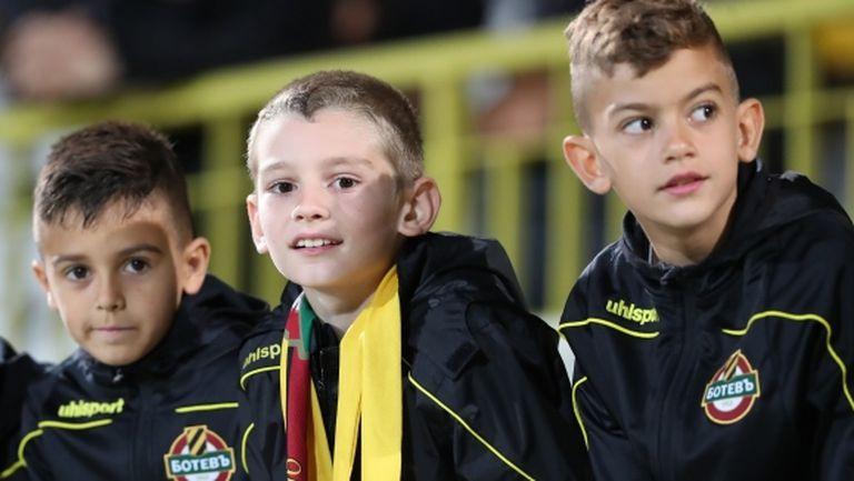 Децата от школата на Ботев (Пд) се включиха в кампанията за спасението на клуба