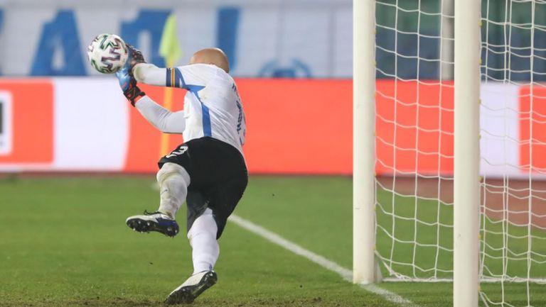 Николай Михайлов спаси дузпа на Тиаго и остави Левски в мача