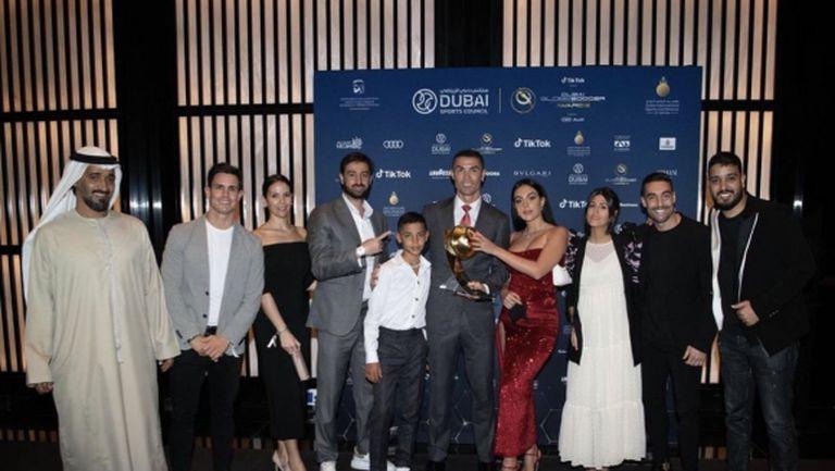 Роналдо се снима с Джорджина и наградата за Играч на века