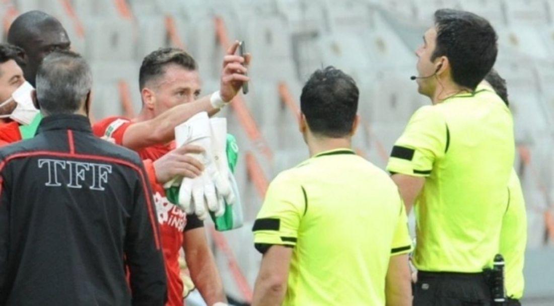 Футболист се опита да влезе в ролята на ВАР и си изкара червен картон (видео)