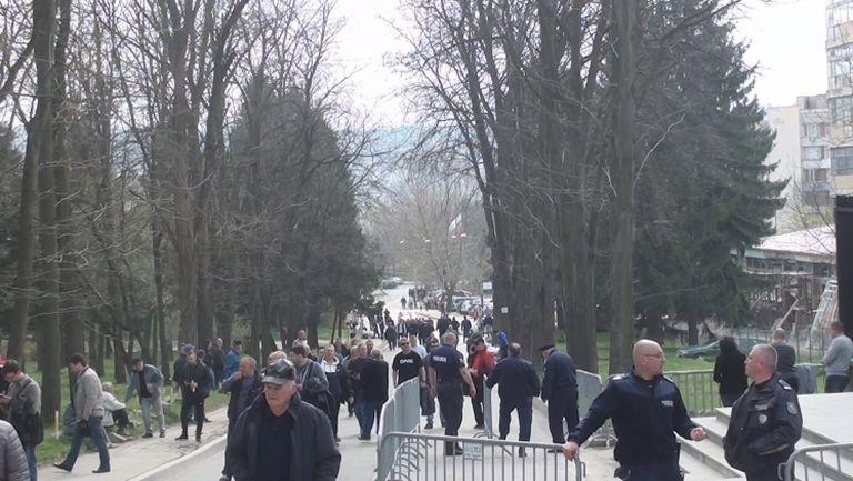 """Хиляди се стичат към """"Лудогорец Арена"""" половин час преди дербито"""