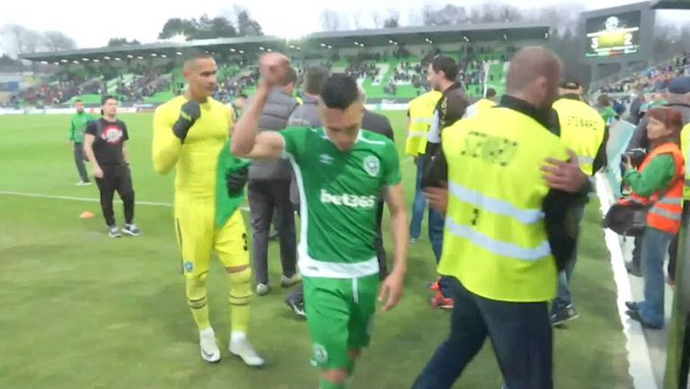 Феновете и футболистите на Лудогорец се радват след победата над ЦСКА-София