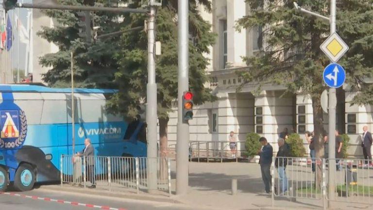 """""""Сини"""" и """"червени"""" пристигнаха на стадион """"Васил Левски"""""""