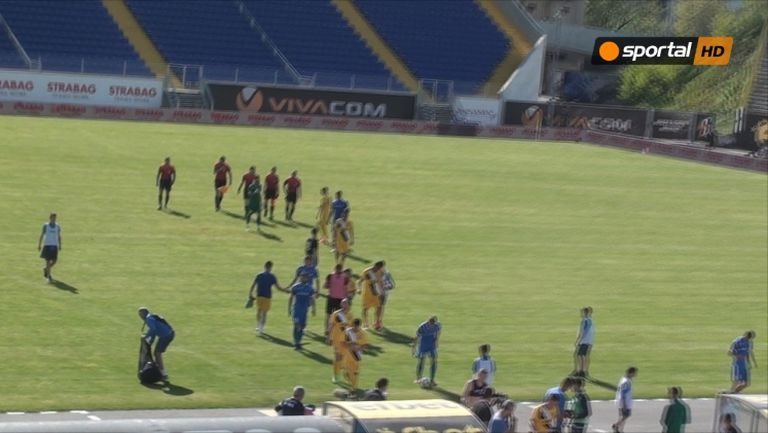 Играчите на Левски и Верея се поздравяват след мача