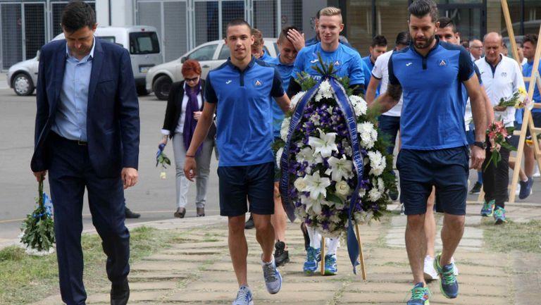 Легенди, ръководство и футболисти на Левски поднeсоха цветя пред паметника на Гунди