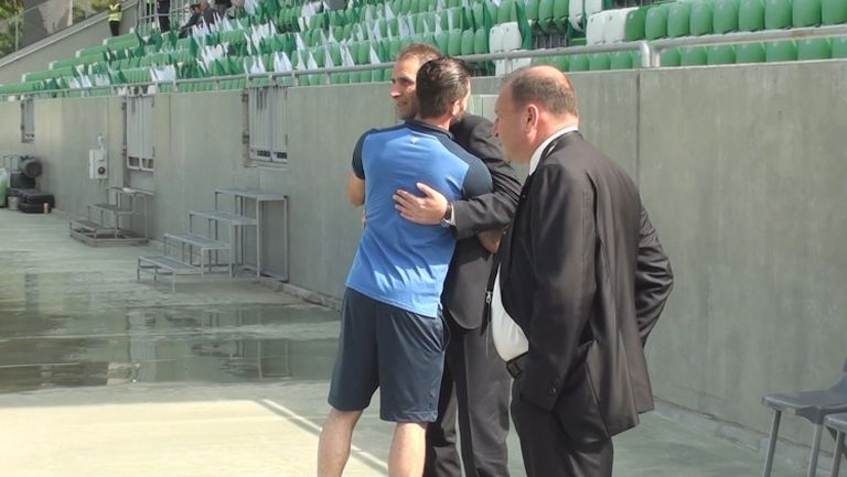 Прегръдка между Херо и Митрев на стадиона в Разград