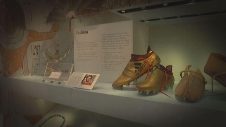 Обувки на Салах красят витрина на музей в Лондон