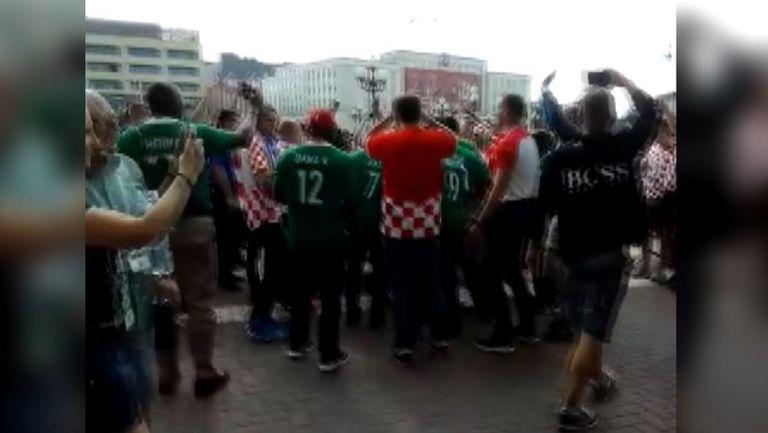 Феновете на Нигерия и Хърватия пеят заедно в Калининград