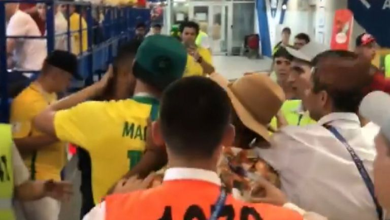 Фенове се биха по трибуните по време на мача между Бразилия и Швейцария