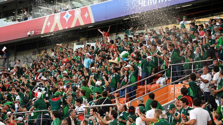 Радост по трибуните за феновете на Мексико след първия гол на Южна Корея във вратата на Германия