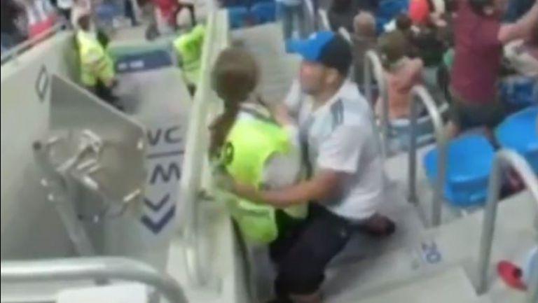 Да разцелуваш стюардка след победен гол - фен на Аржентина подивя от радост на трибуните в Санкт Петербург