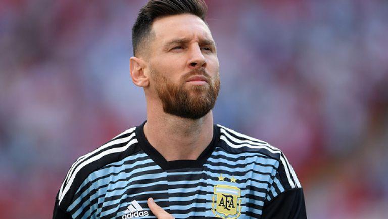 Меси във ведро настроение по време на химна на Аржентина