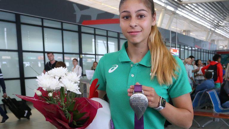 Александра Начева се прибра в България след среброто в Гьор