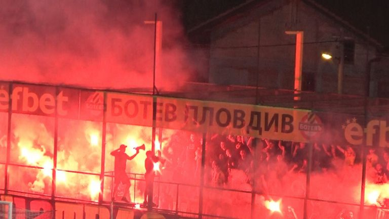 Факли в сектора с бултрасите срещу Левски