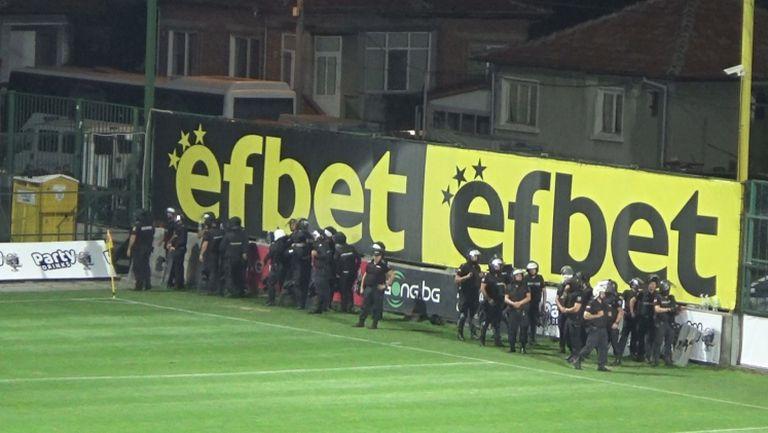 Солидна охрана до феновете на Левски под тепетата