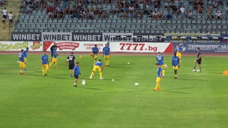 Съставът на Левски загрява преди мача с Дунав