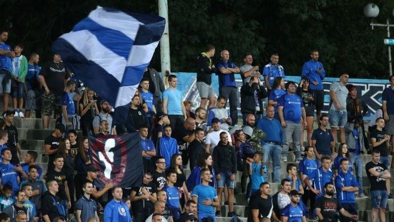 Феновете на Левски аплодираха футболистите след победата над Витоша