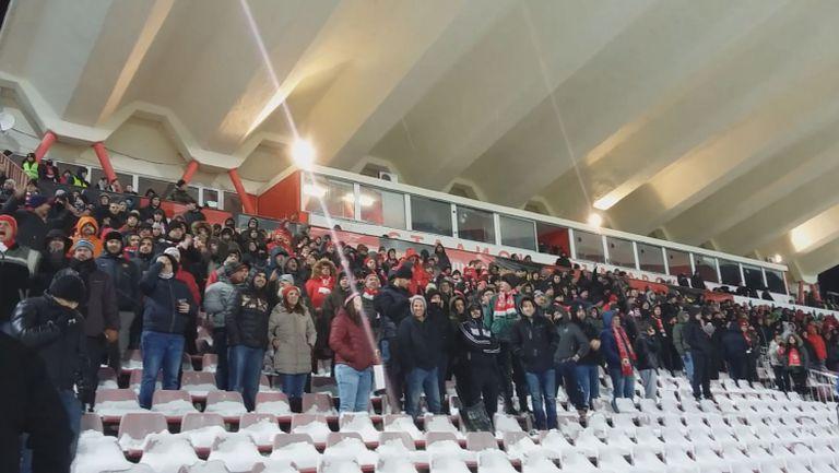 Феновете на ЦСКА подкрепят любимците си въпреки студа