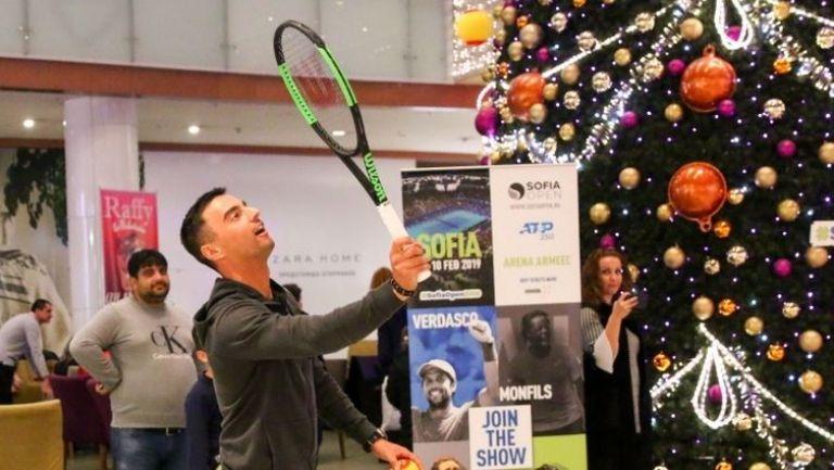 Димитър Кузманов зарадва малчугани в столичен мол