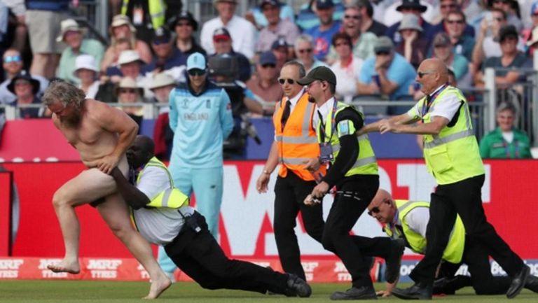 Гол мъж взриви световното по крикет